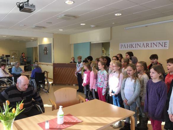 Pähkiksen kolmoset lauloivat upeasti palvelutalon asukkaille!