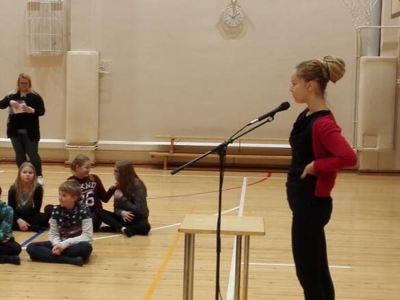 Kansanedustaja Hanna Sarkkinen vastasi oppilaiden innokkaisiin kysymyksiin liittyen kansanedustajan työhön.