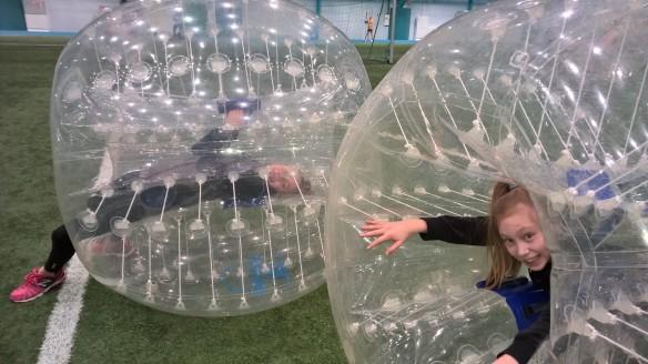 Pähkiksen 6C pääsi kokeilemaan myös kuplajalkapalloa leirikoulussaan!